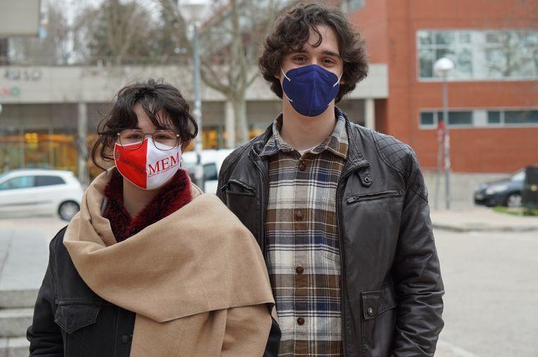 Julio San Román (22) en Ángela Vicario (23) rekken hun opleiding zo lang mogelijk nu er nauwelijks werk is voor jonge mensen in Spanje. Beeld Alex Tieleman