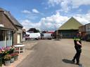 Op het terrein van een transportbedrijf in Melissant wordt onderzoek verricht.