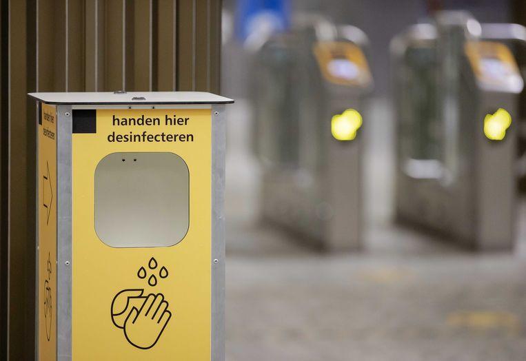 Een desinfectiezuil op het station van Breda. Beeld ANP