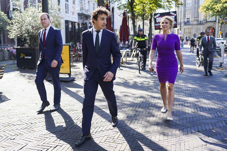 Kamerleden Lodewijk Asscher, Jesse Klaver, en Lilian Marijnissen lopen terug van de Grote Kerk op Prinsjesdag. Beeld ANP