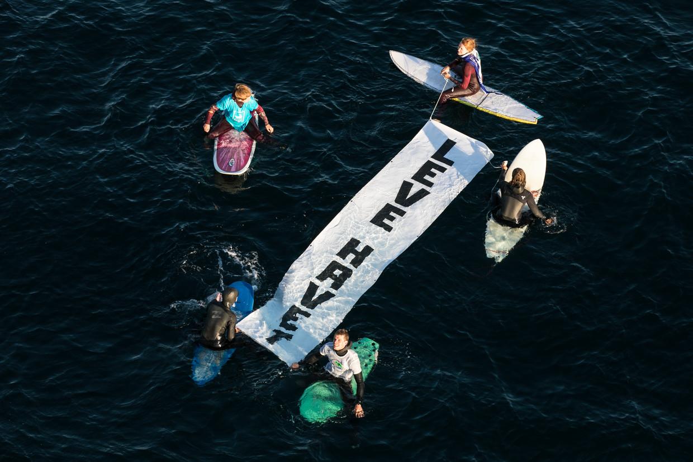Maandag voerde de 'Volksbeweging voor een olievrije Lofoten, Vesterålen en Senja' actie op de brug naar Henningsvaer, een vissersdorp op de Lofoten. 'Leve de zee', staat te lezen op het spanddoek.