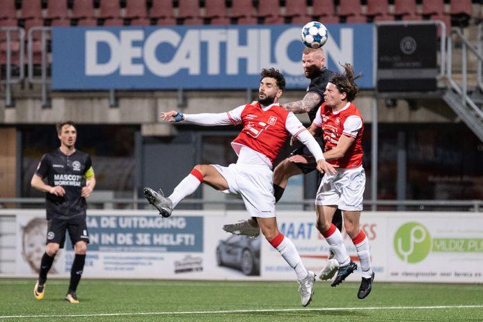 Thomas Verheydt van Almere City in duel met Tim Zeegers en Kursad Surmeli van MVV.