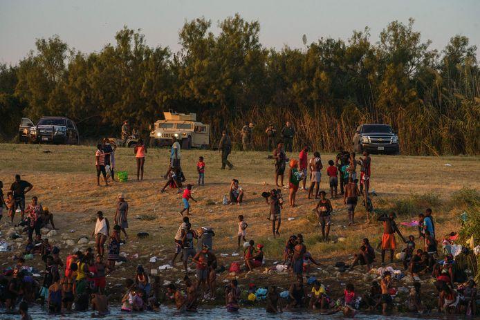 Haïtianen aan de Amerikaanse kant van de rivier de Rio Grande, gezien vanuit Mexico.