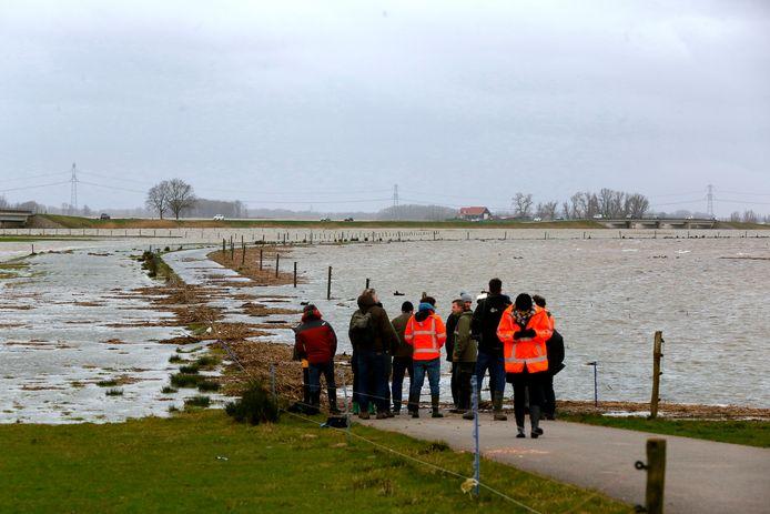 Hoogwater jn de Biesbosch. De noordwaard stroomt vol over de drempel langs de Bandijk.