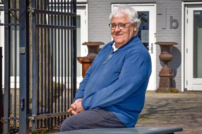 Jozef van Bijsterveldt bij zijn eigen mantelzorgwoning in Diessen.
