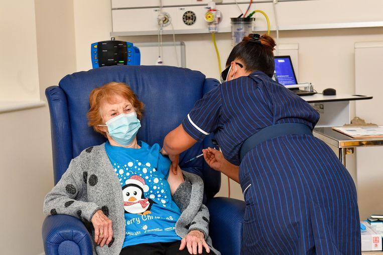 Margaret Keenan krijgt het vaccin toegediend. Beeld EPA
