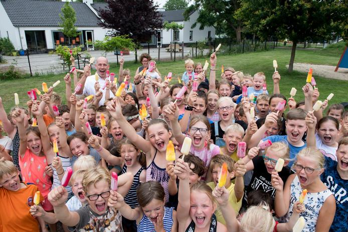 IJsjes gebracht door wethouder Daan Russchen vanwege honderdste leerling basisschool De Klepper.