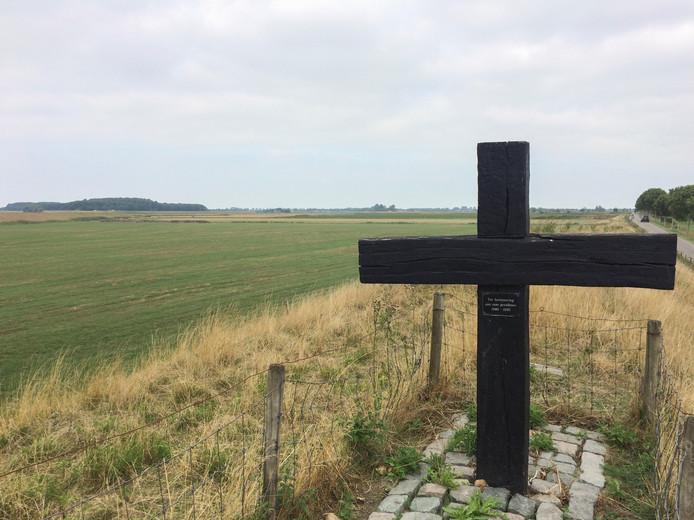 Het houten kruis op de Rubeerdijk herinnert aan slachtoffers van de Tweede Wereldoorlog. Ooit stond op deze plek Fort Zeelandia, onderdeel van de Linie van de Eendracht, de eerste echte waterlinie van Nederland.