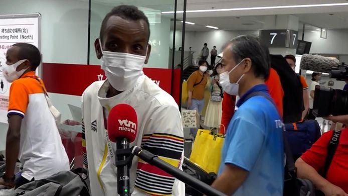Bashir Abdi op de luchthaven van Tokio.