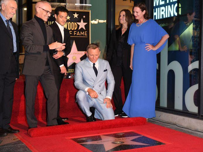 L'acteur britannique Daniel Craig  s'agenouille pour regarder son étoile nouvellement dévoilée.