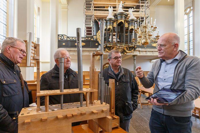 Kerkrentmeester Jan Roetman voorziet belangstellenden van tekst en uitleg over de restauratie van het Zwier van Dijkorgel in de hervormde kerk in Genemuiden.