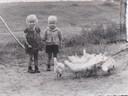 Henk samen met zijn zus Coba onder aan de dijk op 't Zand.