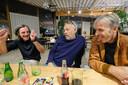 De drie vrienden halen de éne herinnering na de andere op in het Grand Café van Capital.