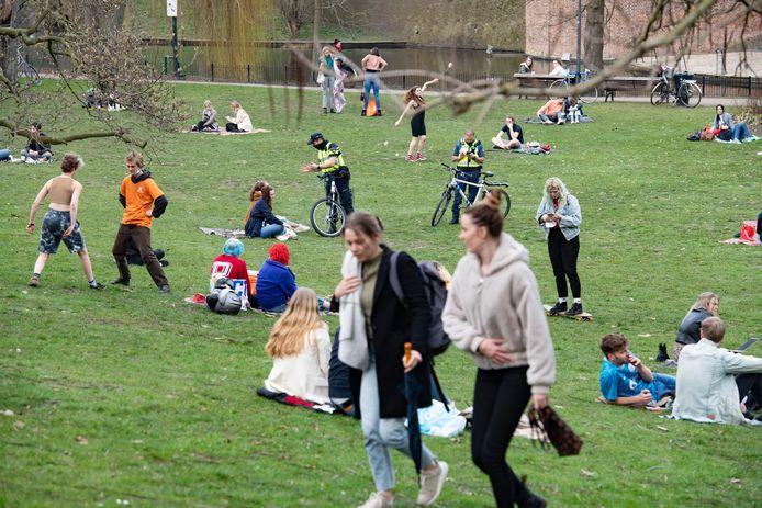 Het Nijmeegse Kronenburgerpark, waar agenten en boa's controleren.