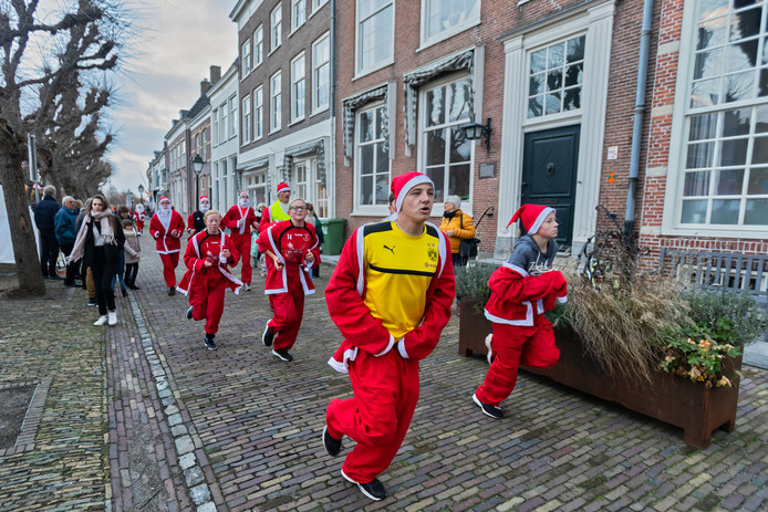 Santa Run in het historische centrum van Geertruidenberg. Foto Pix4Profs / Johan Wouters