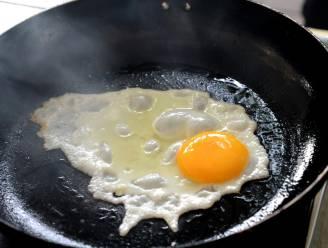 Inbreker maakt het zich gemakkelijk en bakt naakt een eitje