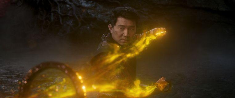 Shang-Chi (Simu Liu) omarmt zijn nieuwe krachten. Beeld Marvel Studios