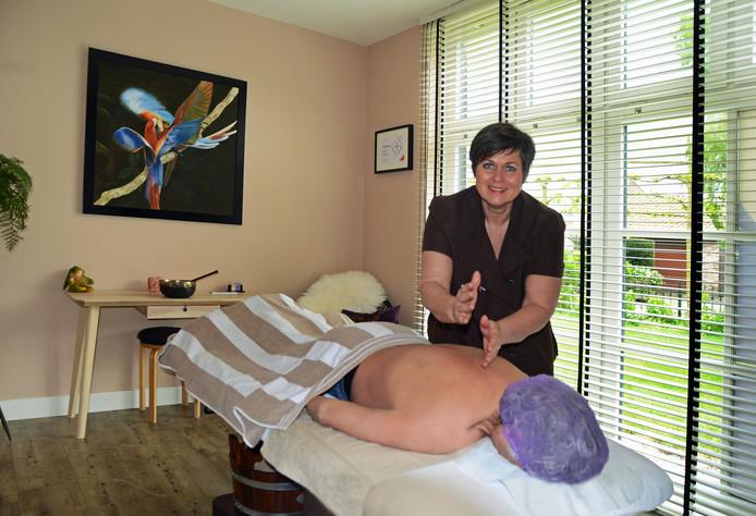 Ingeborg Bouwman heeft zich toegelegd op het masseren van mensen die kanker hebben of hebben gehad.