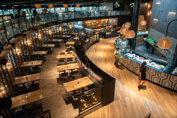 De gasten van Lucky Apple in Waalwijk zitten in een cirkel om de centrale keuken.