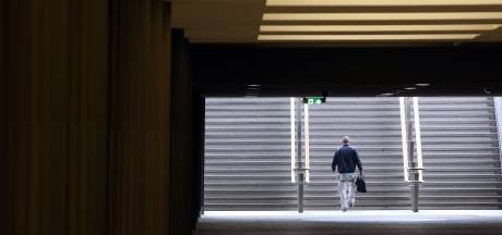 Man uit het niets in nek gestoken met schroevendraaier op station Breda
