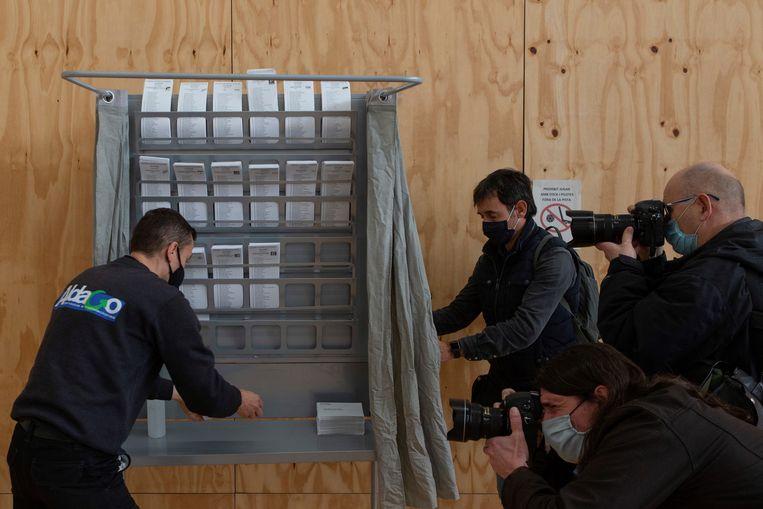Een stemhokje in Barcelona, Catalonië, een dag voor de verkiezingen.  Beeld EPA