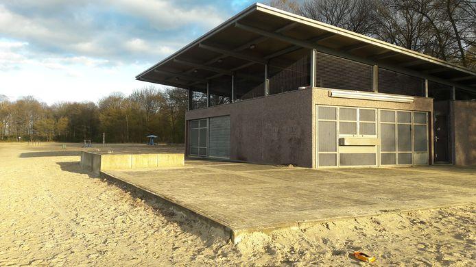 Strandpaviljoen aan de Oosterplas. De nieuwe exploitant mag van de gemeente geen alcohol verkopen.