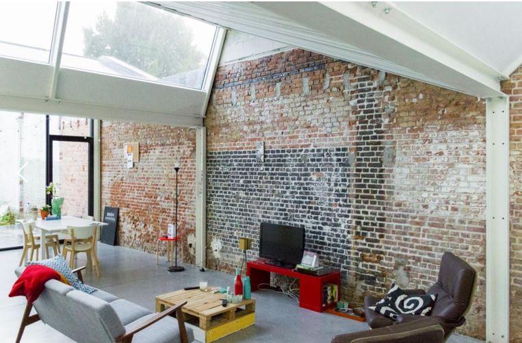 De zichtbare ruwbouwelementen, zoals de staalstructuur en de rode bakstenen muren, geven de woning karakter.