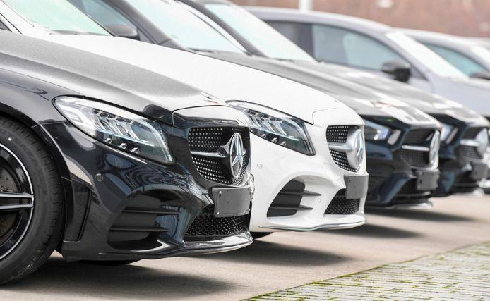 Auto's van Mercedes-Benz voor de Mercedes-Benz-vestiging in Stuttgart.
