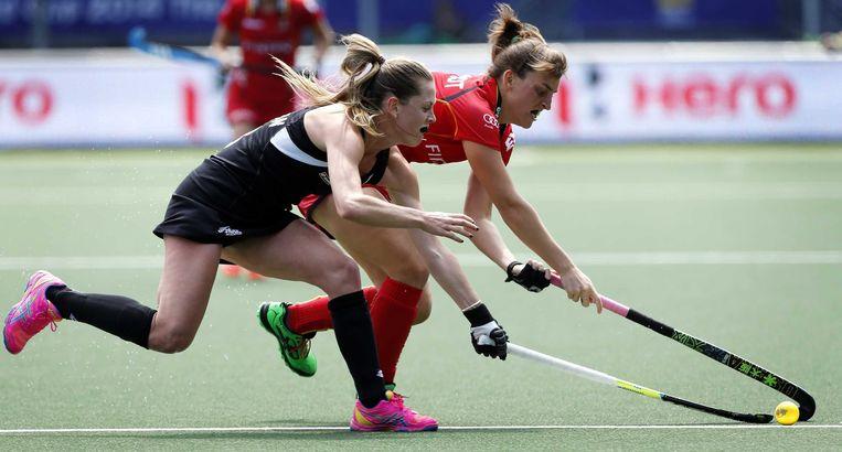 Samantha Charlton (L) in duel met Lieselotte van Lindt (R) Beeld EPA