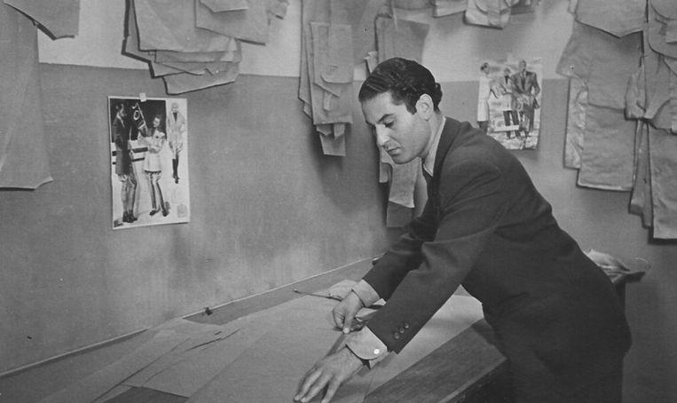 Maurice Schellekes in zijn kleermakerij in de Haagse Wagenstraat.  Beeld Privéarchief