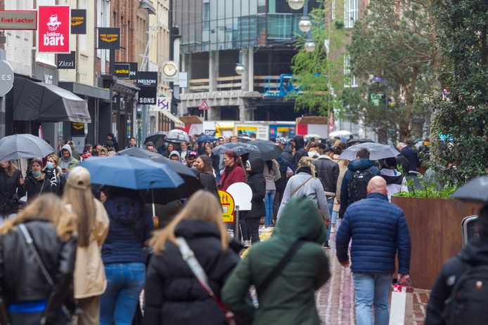 Foto ter illustratie van winkelend publiek in de binnenstad van Eindhoven