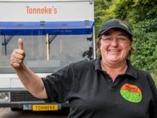 Tonneke rijdt met haar winkel nu ook naar IDFA: docu over Tilburgse die een 'ellendig verleden' overwon