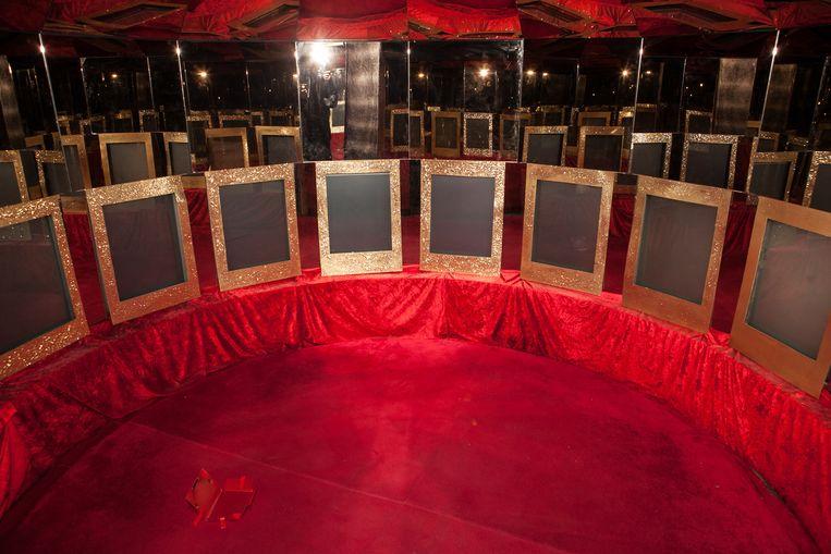 De hele inboedel van de failliete peepshow is te koop: van de stoeltjes in de cabines om naar de show te kijken tot seksspeeltjes en nog veel meer.