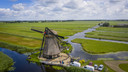 Dronefoto van de de Goudriaanse molen op 7 juli 2020, vlak nadat de een wiek was afgebroken.