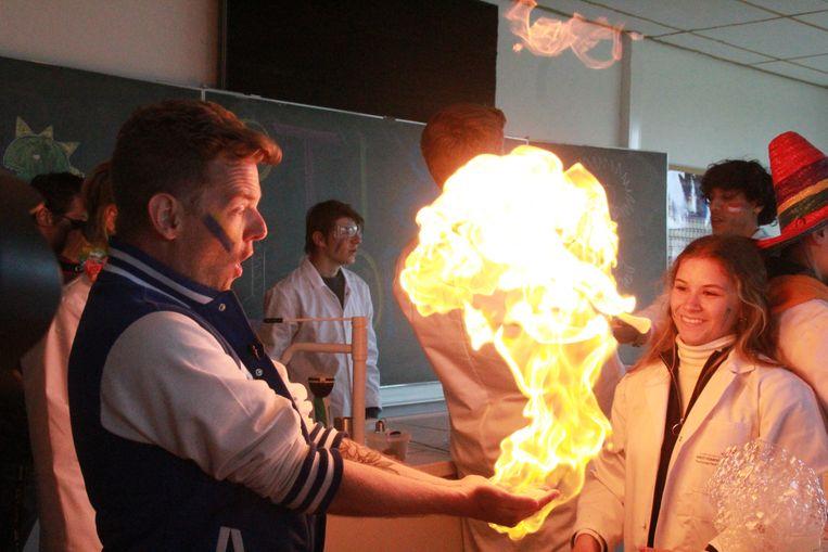 Presentator Tom Decock ondergaat een wetenschapstestje. Zijn handen lijken wel in brand te staan.