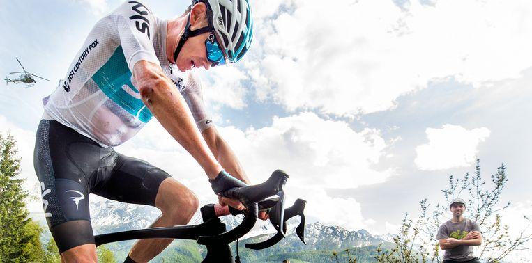 Chris Froome in zijn karakteristieke houding op 1300 meter van de finish in de beklimming van de Jafferau. Froome wint de etappe en wordt de nieuwe Roze Trui drager. Beeld Klaas Jan van der Weij