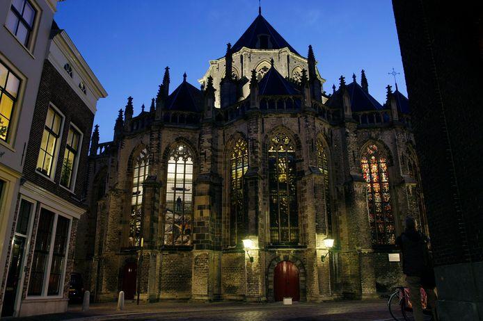 Ter illustratie: De Grote Kerk met speciale verlichting om het glas in lood beter te kunnen zien.