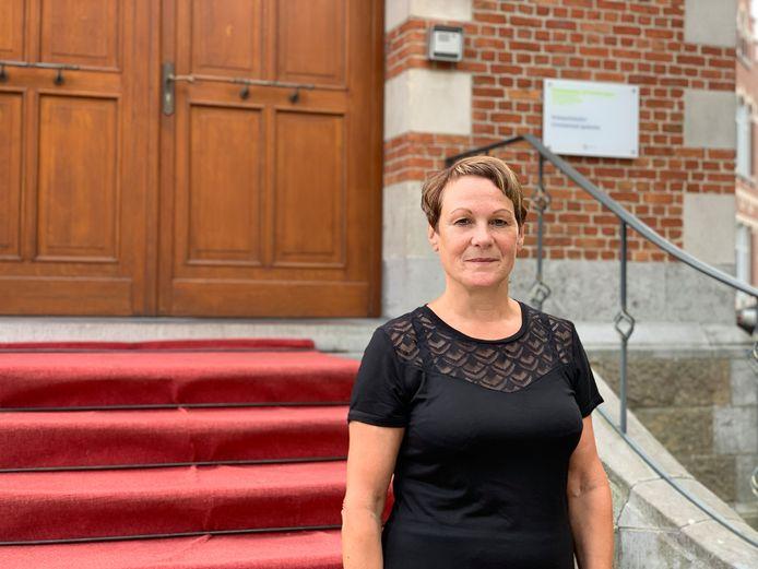 Chantal Lauwers aan het gemeentehuis van Grimbergen.