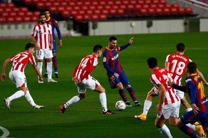Lionel Messi wordt omringd door spelers van Bilbao.