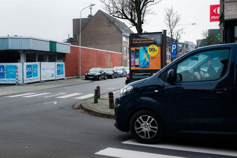 Volgens oppositiepartij Open Vld hindert het reclamebord de zichtbaarheid van de chauffeurs die komen uit de Nieuwstraat.