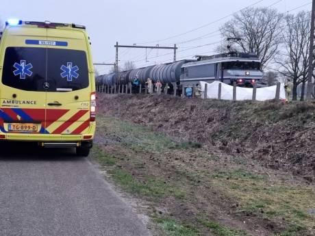 Goederentrein ramt bestelbusje in Zenderen, bestuurder busje overlijdt ter plaatse