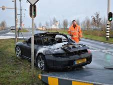 Peperdure Porsche cabriolet brandt uit voor verkeerslicht in Nijmegen