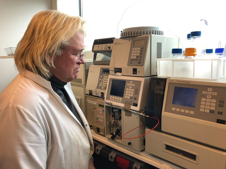 Hans Bok in zijn laboratorium waar de oud-dominee een wondermiddel denkt te hebben gevonden tegen eikenprocessierupsen.