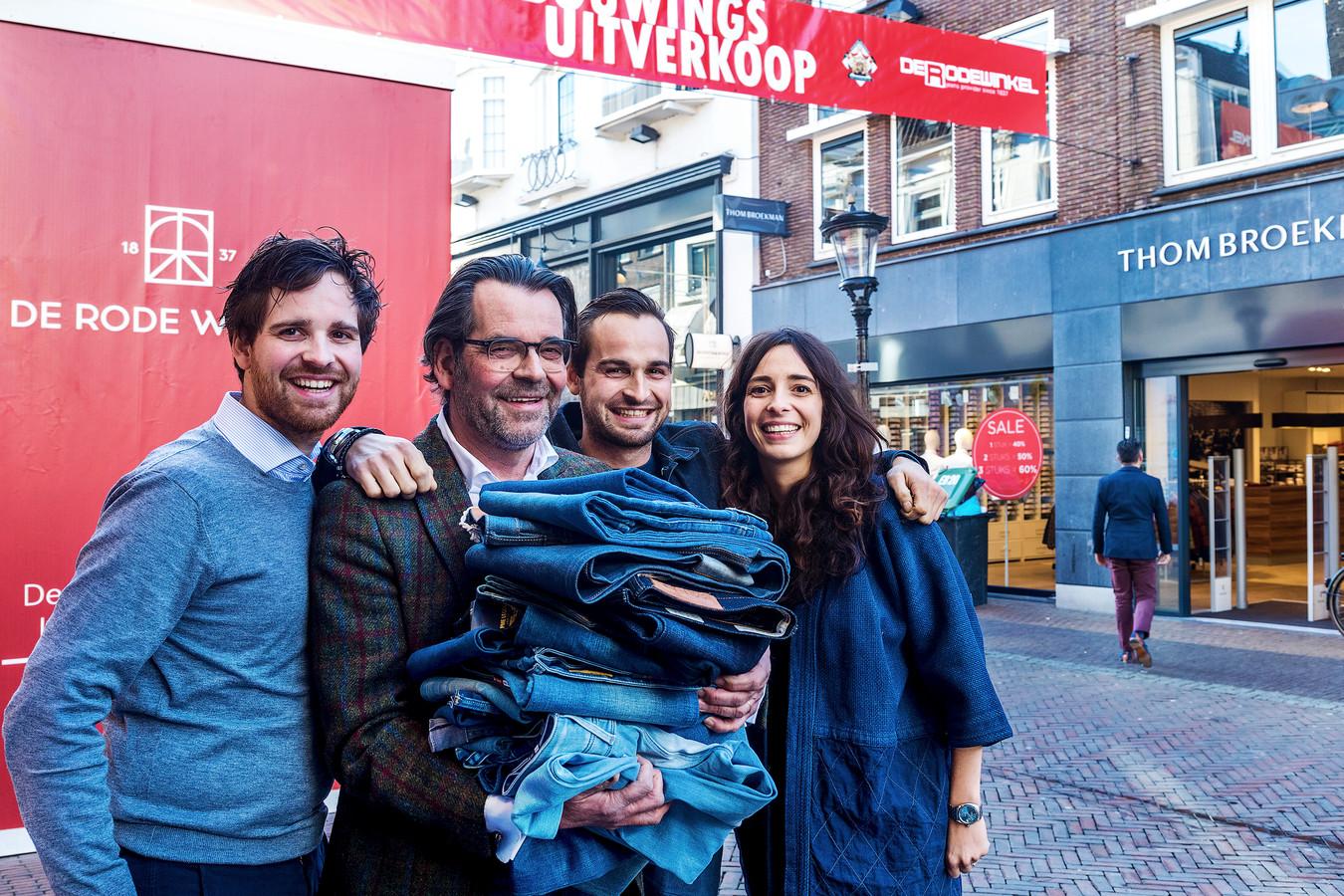 UTRECHT- Tom Broekman met zijn kinderen voor hun winkel, op archiefbeeld.