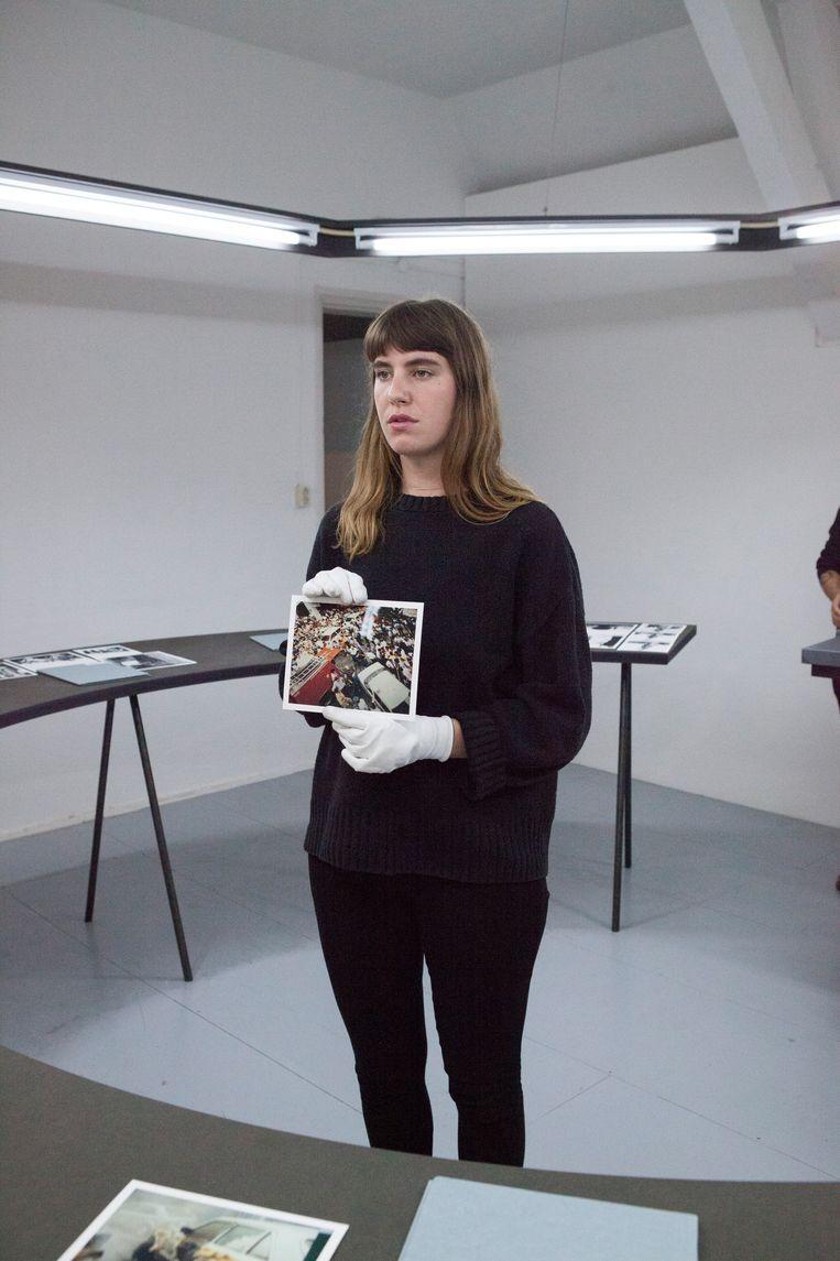 The Precarious Archive (2016) van Stefanos Tsivopoulos is beeldarchief en theater in één.  Beeld Fotodok