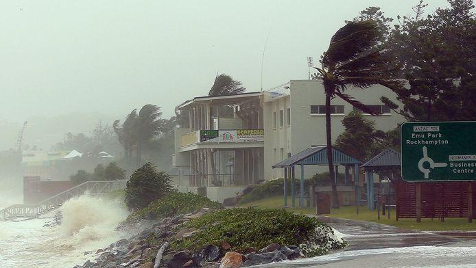 Harde wind en hoge golven aan de kust in Queensland