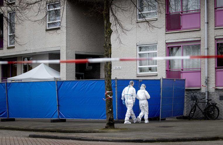 Technische recherche doet onderzoek op de Alexander Dumaslaan. Meerdere politie-eenheden zijn nog op zoek naar de verdachte. Beeld ANP
