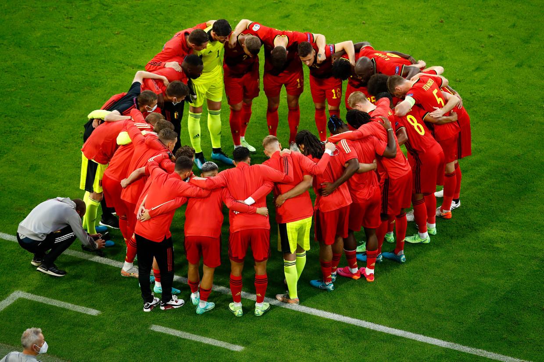 De Belgen peppen elkaar op voor de kwartfinale tegen Italië, vorige vrijdag in München. Beeld Photo News
