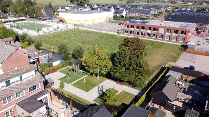 Het veld waar de starterswoningen in Boven-Hardinxveld moeten komen.