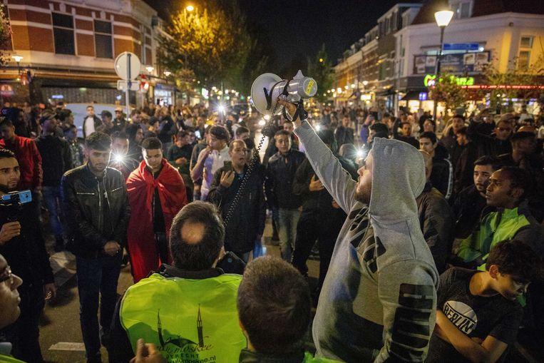 Politie weert anti-islambetogers bij een moskee in Utrecht. Beeld null